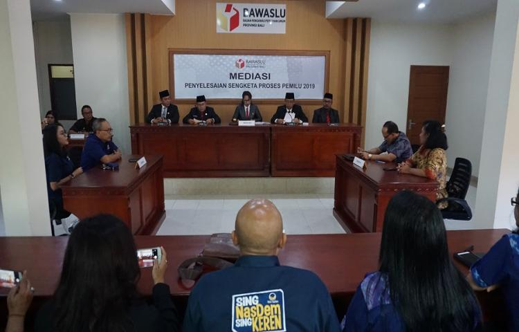 Bawaslu-Bali-Gelar-Pembacaan-Putusan-Hasil-Mediasi-Partai-NasDem.html