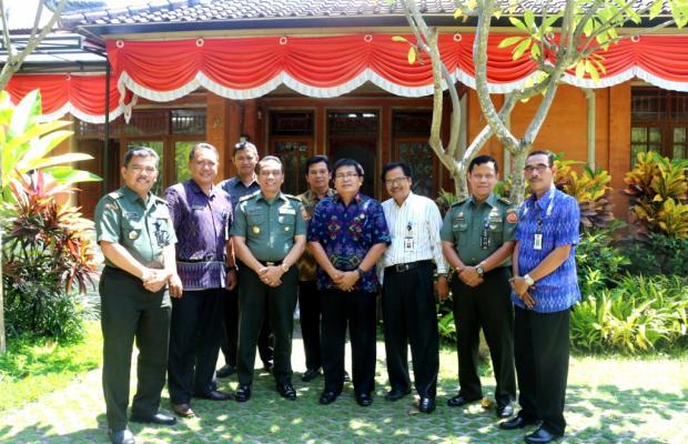 Foto Bersama Bawaslu Provinsi Bali dengan Kemhan RI seusai kunjungan di Sekretariat Bawaslu Provinsi Bali